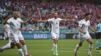 Pemain Denmark Simon Kjaer (tengah) dan Andreas Christensen (kanan) merayakan gol Thomas Delaney dalam laga melawan Republik Ceko pada perempat final Euro 2020 di Stadion Olimpiade Baku, Sabtu, 3 Juli 2021. (Ozan Kose, Kolam renang melalui AP)