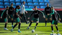 Cristiano Ronaldo (tengah) saat mengikuti sesi latihan bersama Timnas Portugal jelang laga Grup B kualifikasi Piala Eropa 2020 kontra Lithuania, di Stadion Do Algarve, Kamis (14/11/2019). (AFP/PATRICIA DE MELO MOREIRA)