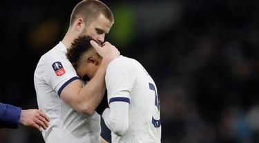 Bek Tottenham Hotspur, Eric Dier berpelukan dengan Gedson Fernandes pada akhir laga putaran kelima Piala FA menghadapi Norwich City di Tottenham Stadium, Rabu (4/3/2020). Langkah Tottenham di Piala FA 2019/2020 terhenti setelah kalah adu penalti 2-3 (1-1) dari Norwich. (AP/Kirsty Wigglesworth)