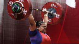 Lifter Indonesia, Nurul Akmal melakukan angkatan di kelas 75+ kilogram putri angkat besi Asian Games 2018 di JI Expo,Kemayoran, Jakarta, Senin (27/8). Nurul Akmal gagal meraih medali dengan total seberat 253 kilogram. (Lipujtan6.com/Helmi Fithriansyah)
