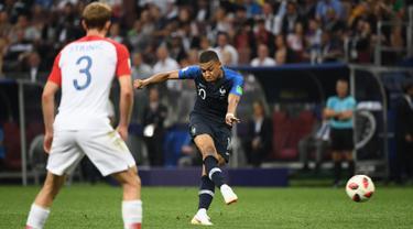 Striker timnas Prancis Kylian Mbappe, menendang bola ke gawang Kroasia pada pertandingan sepak bola final Piala Dunia 2018 di Stadion Luzhniki, Moskow (15/7). Kylian Mbappe mencetak gol pada menit ke-65. (AFP PHOTO / Jewel Samad)