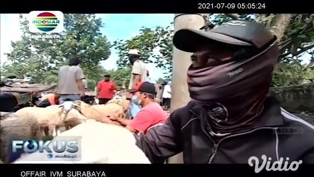 Petugas gabungan di Kabupaten Jember Jawa Timur terpaksa membubarkan aktivitas jual beli di pasar hewan Desa Tutul, Jember, selain melanggar masa PPKM Darurat, di pasar ini juga menimbulkan kerumunan antar penjual dan pembeli.