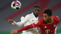 Penyerang Bayern Munchen, Armindo Sieb, berebut bola dengan bek Duren Merzenich, Guenter Mabanza, pada laga DFB Pokal di Stadion Allianz Arena, Jumat (16/10/2020) dini hari WIB. Bayern Munchen menang 3-0 atas Duren Merzenich. (AFP/Christof Stache)