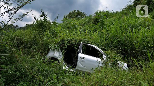 Kondisi sebuah mobil yang rusak di Kampung Cigobang, Lebak, Banten, Sabtu (20/3/2021). Pascabencana banjir bandang dan longsor yang terjadi di Kampung Cigobang pada 1 Januari 2020 lalu mengakibatkan sekitar 154 kepala keluarga (KK) meninggalkan kampung tersebut. (Liputan6.com/Herman Zakharia)