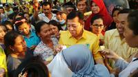 Ketum Partai Golkar Setya Novanto membuka bazar murah di depan Kantor DPD Golkar Jatim, Surabaya, Sabtu (25/6/2016). (Liputan6.com/Dian Kurniawan)