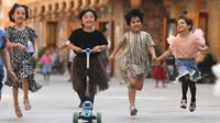 """Anak-anak bermain di """"Dove Lane"""" di kota tua Tuancheng, Kota Hotan, Daerah Otonom Uighur Xinjiang, China barat laut (10/6/2020). (Xinhua/Sadat)"""