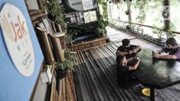 Sejumlah siswa menggunakan jaringan JakWiFi saat mengikuti kegiatan PJJ di Rumah Diskusi RT 007/008 Cipinang Besar Utara, Jakarta, Selasa (8/9/2020). Pemerintah Provinsi DKI Jakarta menargetkan untuk memasang lebih dari 9.000 titik internet gratis di ruang publik. (merdeka.com/Iqbal S. Nugroho)