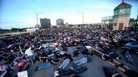 Orang-orang melakukan tiarap di Jembatan Burnside selama sembilan menit saat menyerukan keadilan atas kematian George Floyd di Portland, Oregon, 2 Juni 2020. Aksi menyimbolkan momen terakhir Floyd saat lehernya ditindih lutut polisi Minneapolis pada 25 Mei lalu. (Sean Meagher/The Oregonian via AP)