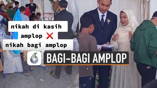 Aksi berbeda dilakukan oleh pasangan pengantin ini saat melakukan resepsi pernikahan justru membagi-bagi amplop untuk anak-anak.