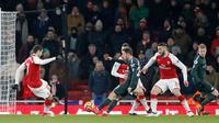 Pemain Manchester City, Bernardo Silva mencetak gol ke gawang Arsenal pada laga pekan ke-28 Premier League di Emirates Stadium,  Jumat (2/3). Tampil di kandang lawan, Manchester City melibas Arsenal dengan skor 3-0. (AP/Frank Augstein)