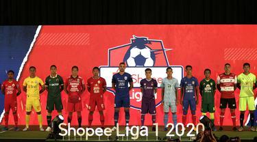 Sejumlah pemain perwakilan dari 18 klub peserta Shopee Liga 1 2020 menunjukan jersey tim saat launching Shopee Liga 1 di Hotel Fairmont, Jakarta, Senin (24/2). Sebanyak 18 klub pamerkan jersey untuk kompetisi Shopee Liga 1 2020. (Bola.com/Yoppy Renato)