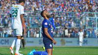 Striker Arema, Sylvano Comvalius, bermain dengan celana kekecilan saat melawan Persebaya di Stadion Kanjuruhan, Kabupaten Malang, Kamis (15/8/2019). (Bola.com/Iwan Setiawan)