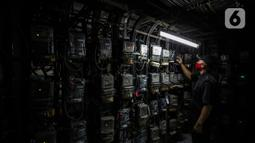 Petugas memeriksa meteran listrik di Rusun Bendungan Hilir, Jakarta, Rabu (7/4/2021).  Program ini ditujukan untuk mendukung pembangunan energi terbarukan sekaligus ikut serta dalam aksi sosial berupa pasang baru bagi masyarakat kurang mampu. (Liputan6.com/Johan Tallo)