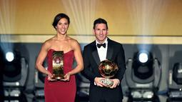 Lionel Messi berpose dengan kapten Timnas Putri AS, Carli Lloyd, yang meraih gelar Pesepak bola Wanita Terbaik Dunia 2015. (AFP/Fabrice Coffrini)