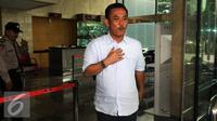 Ketua DPRD DKI Jakarta, Prasetyo Edi Marsudi berjalan keluar usai memenuhi panggilan KPK sebagai saksi Mohamad Sanusi terkait suap pembahasan dua Raperda Reklamasi Pantai Utara Jakarta, Selasa (14/6). (Liputan6.com/Faizal Fanani)