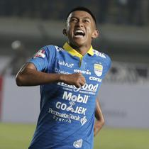 Gelandang Persib Bandung, Febri Hariyadi, melakukan selebrasi usai membobol gawang Persipura Jayapura pada laga Liga 1 2019 di Stadion Si Jalak Harupat, Bandung, Sabtu (18/5). Persib menang 3-0 atas Persipura. (Bola.com/M. Iqbal Ichsan)
