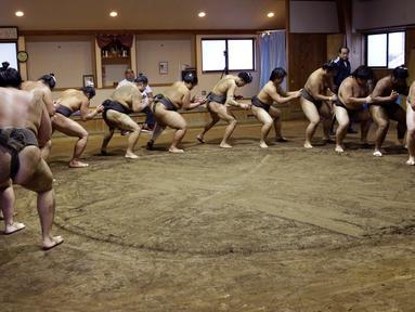 Para pegulat sumo berlatih di Musashigawa Sumo Stable di Beppu, Jepang, Jumat (18/10/2019). Sumo adalah olahraga tradisional Jepang. (AP Photo/Aaron Favila)