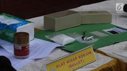 Barang bukti diperlihatkan saat rilis penangkapan artis peran Steve Emmanuel di Polres Metro Jakarta Barat, Kamis (27/12). Steve Emmanuel ditangkap dengan barang bukti kokain seberat 92,04 gram di kondominium kawasan Mampang (Liputan6.com/Herman Zakharia)