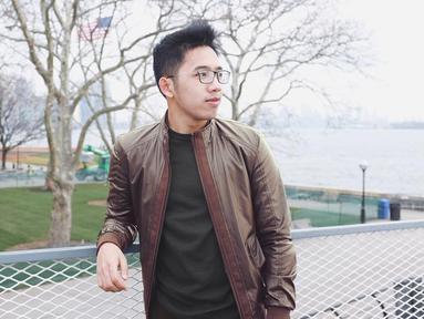 Jalaluddin Parawansa sering mengunggah foto-foto perjalanannya ke berbagai belahan dunia. Penampilannya juga sangat simple dengan mengenakan jaket kulit berwarna coklat yang dipadukan dengan kaos hitam. (Liputan6.com/IG/@yoomrj)