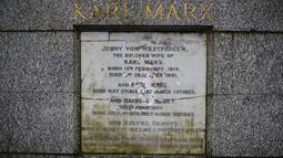 Kerusakan permukaan marmer yang menandakan persemayaman Bapak Komunis, Karl Marx  di Pemakaman Highgate, London, Selasa (5/2). Nama Karl Marx beserta anggota keluarganya yang terukir di sana dirusak dengan benda keras. (Tolga AKMEN/AFP)