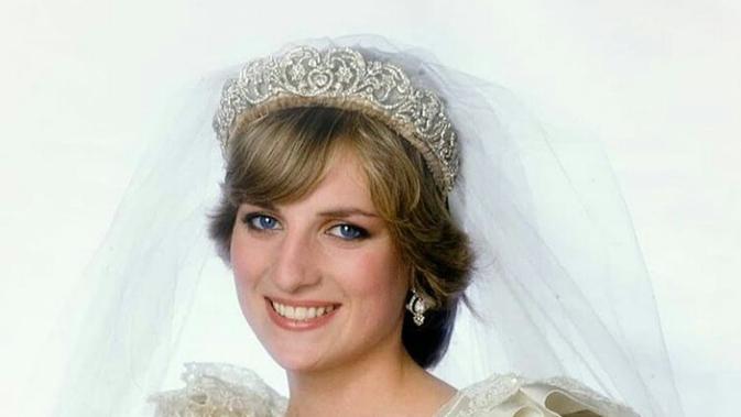 Gaun pengantin Putri Diana saat menikah dengan Pangeran Charles pada Juli 1981, menjadi salah satu busana yang ikonis. Gaun ini memiliki kereta sepanjang 25 kaki, menjadi yang terpanjang dalam sejarah kerajaan. Saat ini, gaun tersebut telah terpajang di Istana. (FOTO: Instagram.com/Princesdianaa).