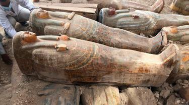 Penemuan peti mati kuno terbuat dari kayu di kota Luxor, Mesir, 15 Oktober 2019. Ahli arkeologi menemukan 20 peti mati kuno yang digali dari pekuburan Theban, di Asasif yang terletak di tepi barat Sungai Nil. (Egyptian Ministry of Antiquities via AP)