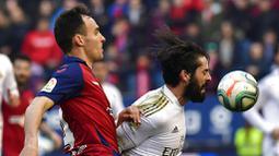 Gelandang Real Madrid, Isco, berebut bola dengan pemain Osasuna, Unai Garcia, pada laga La Liga di Stadion El Sadar, Minggu (9/2/2020). Real Madrid menang 4-1 atas Osasuna. (AP/Alvaro Barrientos)