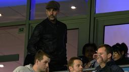 Pelatih Manchester City, Pep Guardiola menuju tribun penonton untuk melihat timnya melawan Olympique Lyon pada Grup F Liga Champions di Stadion Etihad, Rabu (19/9).  Man City secara mengejutkan kandas di kandang sendiri dengan skor 1-2 (AFP/Oli SCARFF)