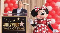 Bos Walt Disney, Bob Iger memberikan sambutan di samping Minnie Mouse saat menerima penghargaan Hollywood Walk of Fame atas nama Minnie Mouse di Los Angeles, Senin (22/1). (Alberto E. Rodriguez/GETTY IMAGES NORTH AMERICA/AFP)