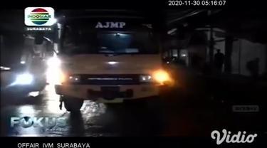Pengendara motor berboncengan terlibat kecelakaan di jalan layang (fly over) Peterongan, Jombang, Jawa Timur pada Sabtu malam (28/11). Diduga korban terjatuh akibat motor yang dikendarainya terperosok jalan berlubang karena kondisi hujan.