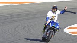 Pembalap Suzuki Esctar, Joan Mir, melakukan selebrasi usai balapan MotoGP Valencia di Sirkuit Ricardo Tormo, Minggu (15/11/2020). Meski finis ketujuh, Joan Mir berhasil mengunci gelar juara dunia MotoGP 2020. (AP/Alberto Saiz)