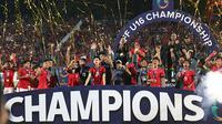 Timnas Indonesia U-16 merayakan gelar juara setelah mengalahkan Thailand melalui drama adu penalti pada laga final di Stadion Gelora Delta, Sidoarjo, Sabtu (11/8/2018). (Bola.com/Aditya Wany)