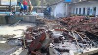 Kolam renang rusak akibat terjangan gelombang tinggi di pesisir Cilacap, Jawa Tengah. (Foto: Liputan6.com/BPBD Cilacap/Muhamad Ridlo)