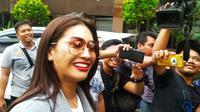 Penyanyi Tata Janeeta (TJ) datang ke Polda Jatim untuk penuhi panggilan penyidik Polda Jatim terkait kasus dugaan investasi bodong MeMiles. (Foto: Liputan6.com/Dian Kurniawan)