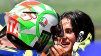 Valentino Rossi bersama kekasihnya, Francesca, setelah kualifikasi MotoGP Italia 2018. (AFP/Tiziana Fabi)