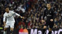 Penyerang Real Madrid Cristiano Ronaldo (kiri) mengawal penyerang Paris Saint-Germain Zlatan Ibrahimovic (kanan), pada pertandingan Liga Champions, di Santiago Bernabeu, Madrid, pada 3 November 2015. Laga itu berakhir 1-0 untuk Madrid. (AFP PHOTO / GERARD