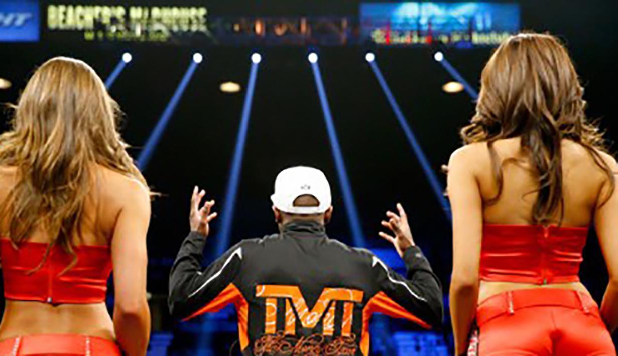 Petinju Floyd Mayweather Jr. menggelar jumpa pers usai kemenangannya melawan Manny Pacquiao di  MGM Grand Garden Arena, AS, Sabtu (2/5/2015). Mayweather merupakan atlet terkaya tahun 2015 versi media Forbes. (Getty Images/AFP/Al Bello)
