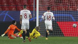 Striker Borussia Dortmund, Erling Haaland, mencetak gol ke gawang Sevilla pada laga Liga Champions di Stadion Ramon Sanchez Pizjuan, Kamis (18/2/2021). Dortmund menang dengan skor 2-3. (AP/Angel Fernandez)