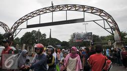 Pengunjung memadati depan pintu masuk Kebun Binatang Ragunan, Jakarta Selatan, Senin (12/12). Libur Maulid Nabi, pengunjung Kebun Binatang Ragunan diperkirakan mencapai 50 ribu. (Liputan6.com/Yoppy Renato)