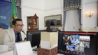 Gubernur Jabar Ridwan Kamil saat menghadiri video conference Rapat Koordinasi (Rakor) Program Hotline Isoman di Gedung Pakuan, Kota Bandung, Senin (5/7/2021). (Foto: Rizal/Biro Adpim Jabar)