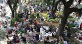 Massa aksi duduk-duduk beristirahat di taman pembatas Jalan Medan Merdeka Barat, Jakarta, Kamis (27/6/2019). Massa aksi berkumpul terkait pelaksanaan sidang putusan perselisihan hasil Pilpres 2019 di Gedung Mahkamah Konstitusi. (Liputan6.com/Helmi Fithriansyah)
