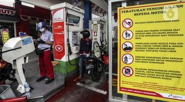 Pengendara sepeda motor mengisi BBM di salah satu SPBU di Jakarta, Senin (4/1/2021). PT Pertamina (Persero) secara resmi menerapkan digitalisasi pada 5.518 SPBU yang tersebar di seluruh Indonesia. (Liputan6.com/Johan Tallo)