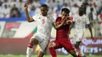 Duel pemain Timnas Indonesia, Andik Vermansah (kanan), dengan gelandang UEA,  Ali Hassan Ali Salmin Al Blooshi, di Stadion Al Maktoum, Dubai (10/10/2019). (Bola.com/Dok. AFC)