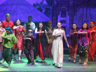 Seniman memainkan peran saat drama musikal Pelangi 1 Warna di Jakarta, Minggu (3/11). Drama musikal dengan tema Amalkan Pancasila itu bertujuan untuk membangun kecintaan serta rasa memiliki terhadap bangsa dan negara Indonesia. (Liputan6.com/Angga Yuniar)