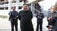 Ekspresi Pemimpin Korea Utara Kim Jong-un saat meresmikan pabrik pupuk di Sunchon, Provinsi Pyongan Selatan, Korea Utara, Jumat (1/5/2020). Ini merupakan kemunculan publik perdana Kim Jong-un di media pemerintah dalam lebih dari 20 hari. (Korean Central News Agency/Korea News Service via AP)