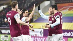 Para pemain Burnley merayakan gol yang dicetak oleh Matej Vydra ke gawang Leicester City pada laga Liga Inggris di Stadion Turf Moor, Rabu (3/3/2021). Kedua tim bermain imbang 1-1. (Peter Powell/Pool via AP)