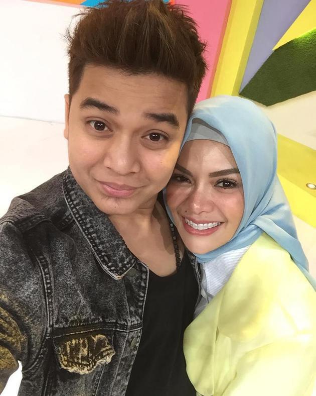 Seperti inilah penampilan baru Nikita Mirzani yang terlihat berbeda saat memakai hijab. Bahagia dengan keputusan Nikita, Billy Syahputra pun mengunggah foto selfie mereka dalam akun Instagram-nya./Copyright instagram.com/sry