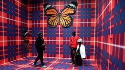 Pengunjung melihat karya seni berjudul 'Kehidupan baru' buatan seniman Inggris Anthea Hamilton saat pratinjau pers menjelang pembukaan pameran International Venice Biennale di Venesia, Italia, Rabu (8/5/2019). Pameran dikuratori Ralph Rugoff dan diorganisir La Biennale di Venezia. (TIZIANA FABI/AFP)