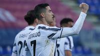 Bintang Juventus, Cristiano Ronaldo merayakan gol keduanya yang dicetak ke gawang Cagliari dalam laga pekan ke-27 Liga Italia di Sardegna Arena, Minggu (14/3/2021). Ronaldo mencetak hat-trick untuk membawa Juventus meraih kemenangan atas Cagliari 3-0. (Alessandro Tocco/LaPresse via AP)