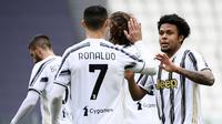 Gelandang Juventus, Weston McKennie (kanan) bersama Cristiano Ronaldo merayakan gol ketiga Juventus yang dicetaknya ke gawang Genoa dalam laga lanjutan Liga Italia 2020/2021 pekan ke-30 di Allianz Stadium, Turin, Minggu (11/4/2021). Juventus menang 3-1 atas Genoa. (LaPresse via AP/Marco Alpozzi)